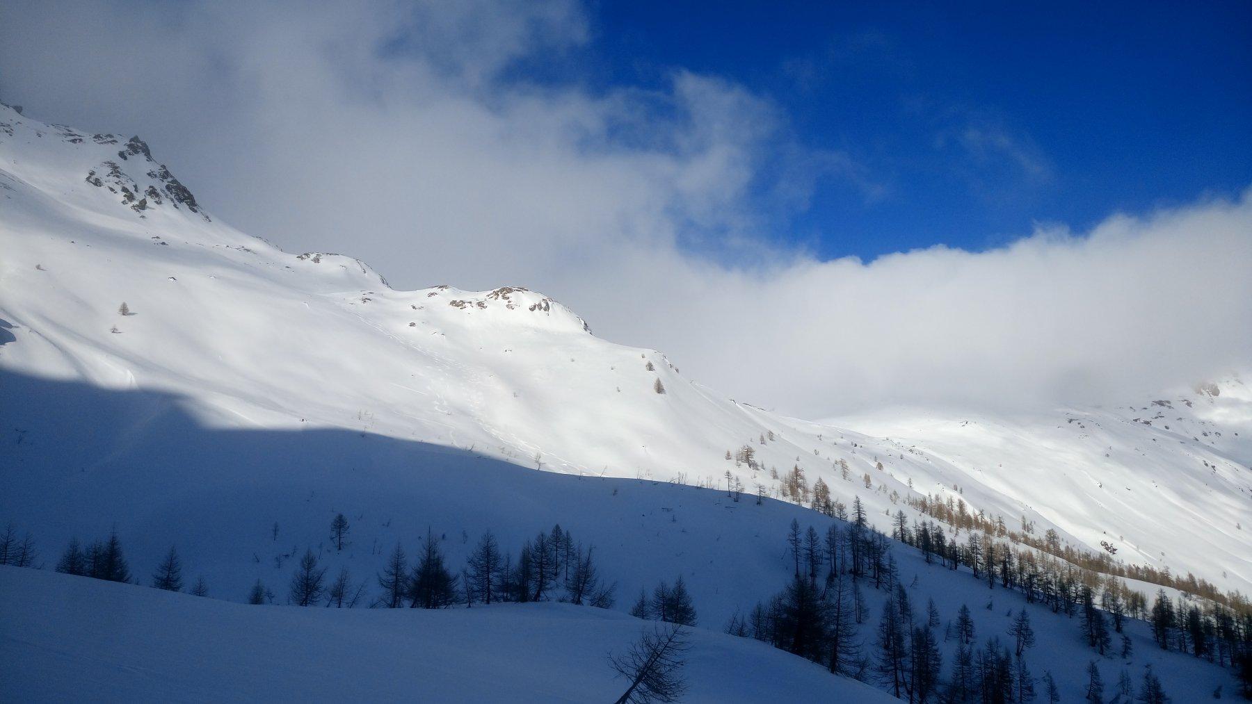 Il pendio sciato visto dal lato opposto (verso cascata)