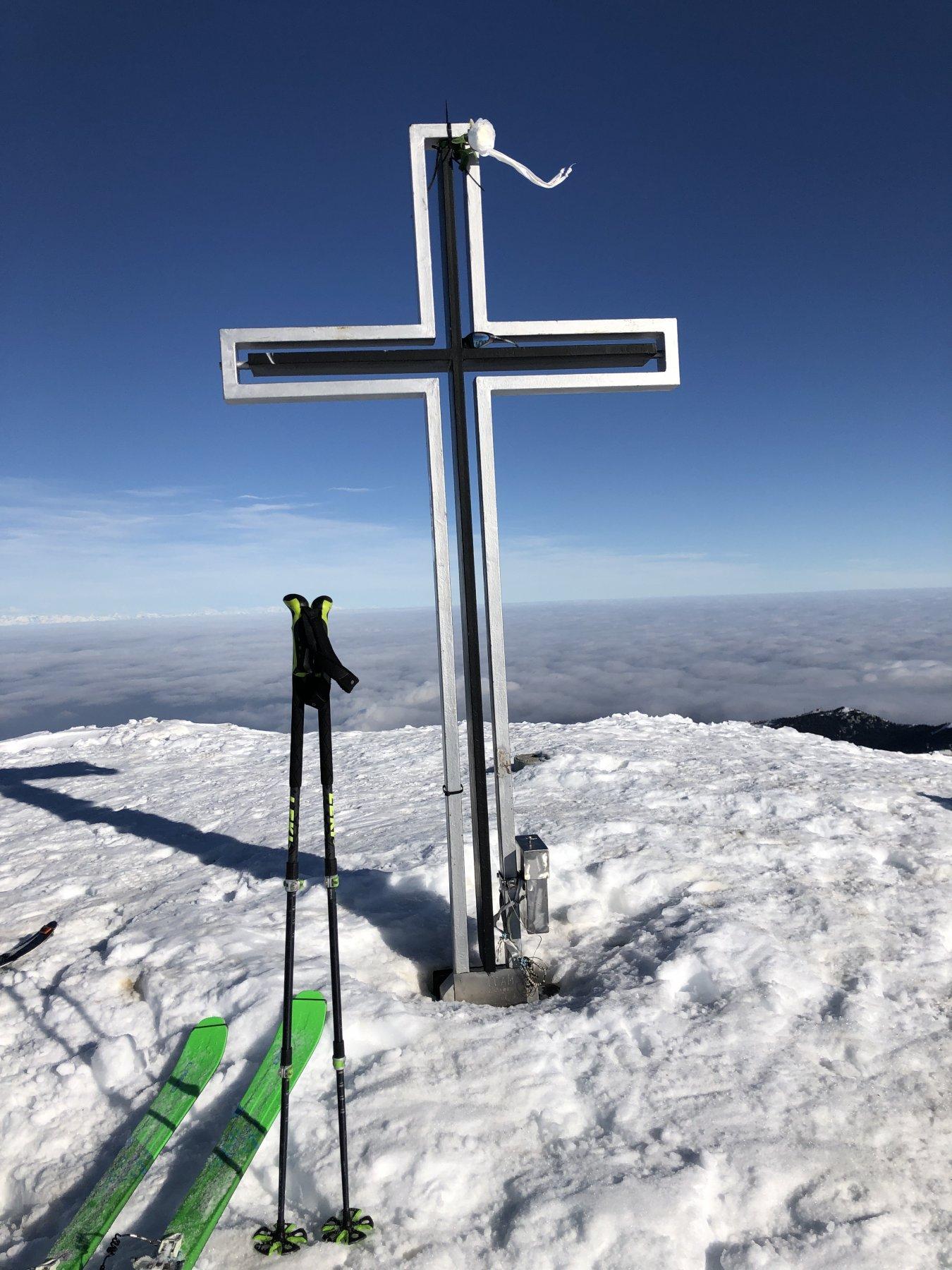 Croce e mare di nuvole in pianura
