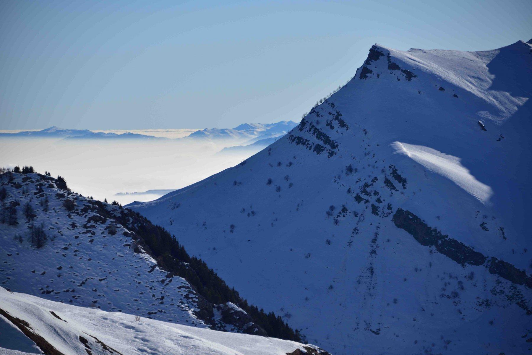 La Rocca Cucuja e le Alpi Liguri salendo al Tibert.