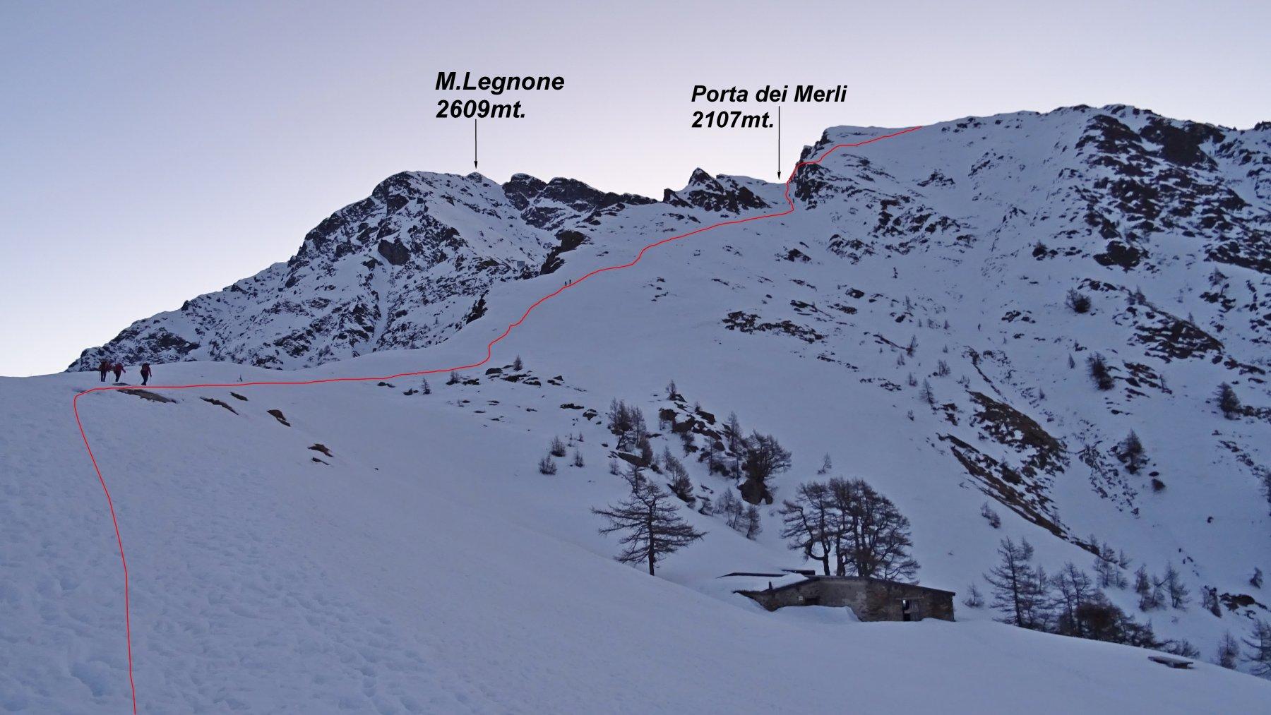 In rosso la traccia che porta alla Porta dei Merli.