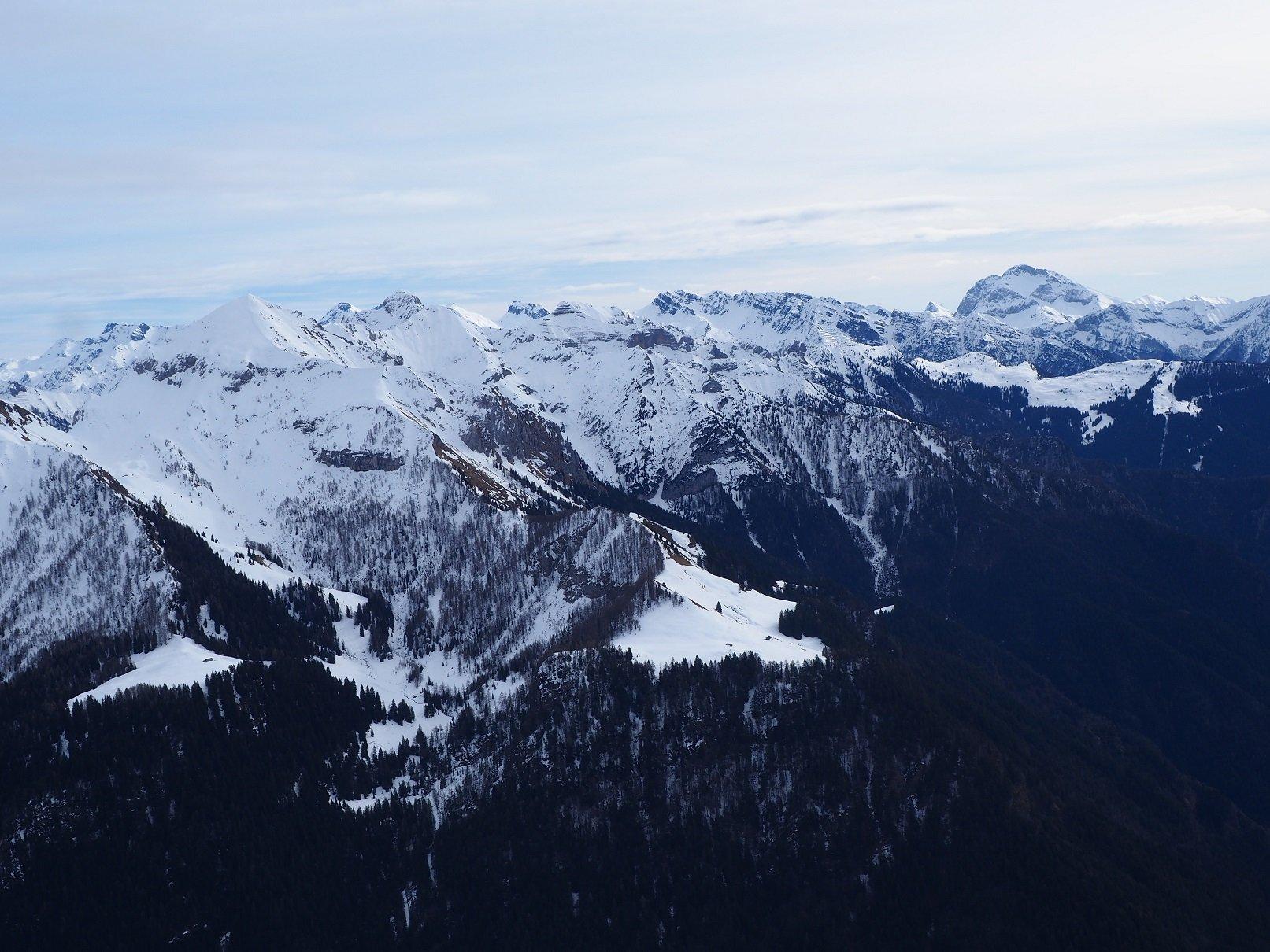 Panorama dalla vetta. Sulla dx il Pizzo Arera.