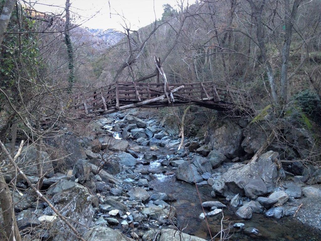 Caratteristico ponte di legno sul torrente Lerone