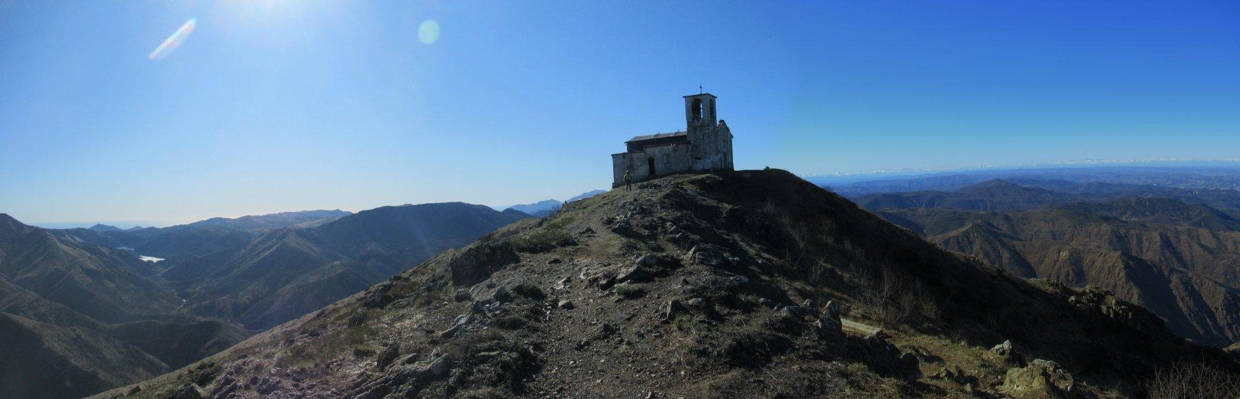 Chiesetta in vetta al Monte Tobbia