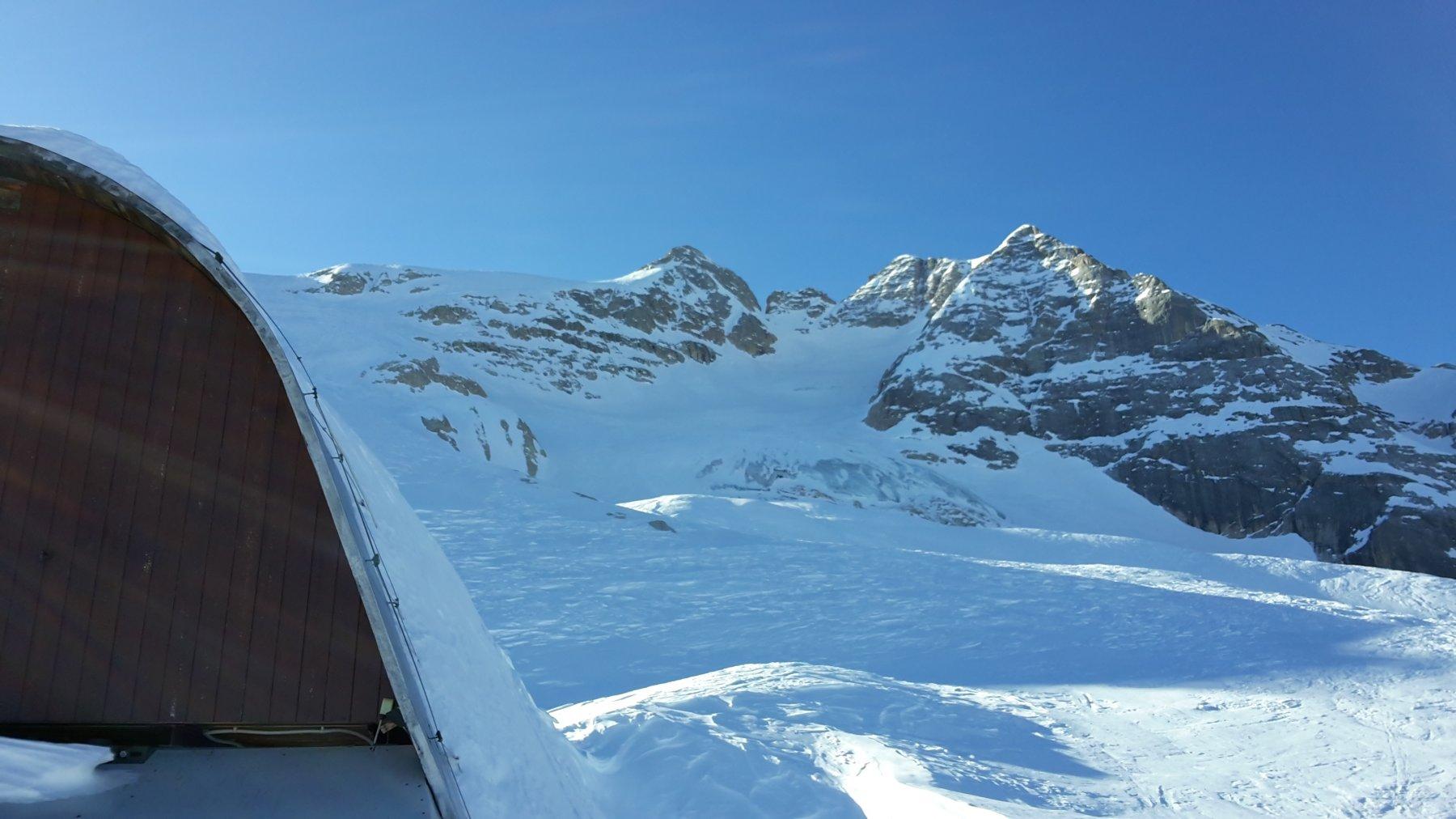 le punte Rocca e Penia, con la pancia del ghiacciaio non coperta di neve