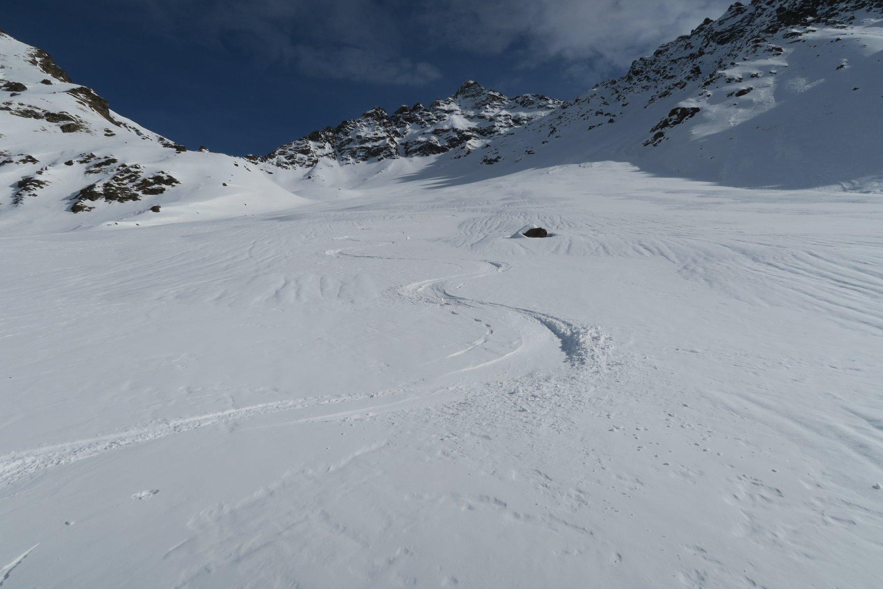 dove il vento l'aveva risparmiata bella neve farinosa pressata