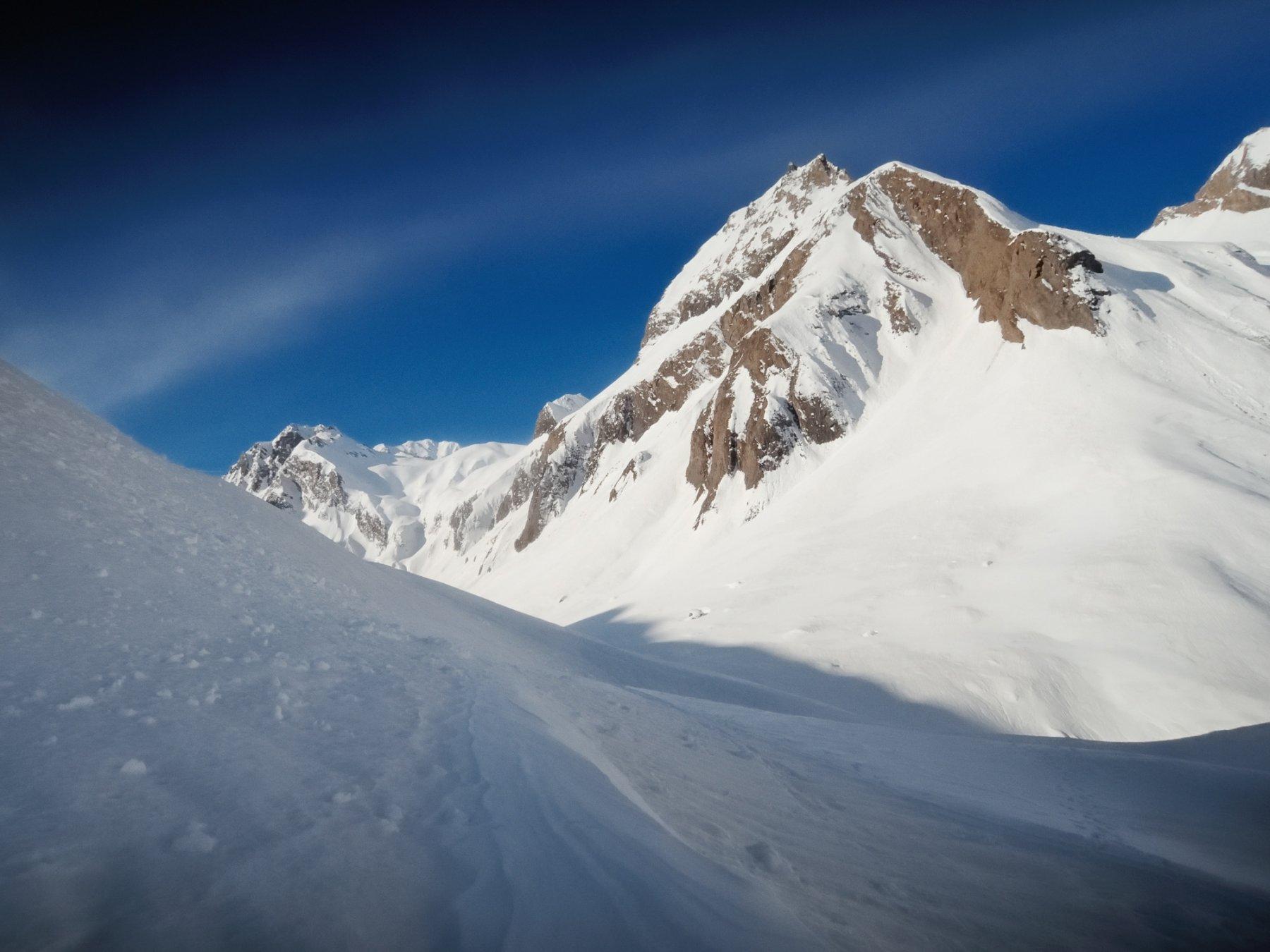 Verso l'Alpe Nefelgiù, primo sguardo al canale da risalire