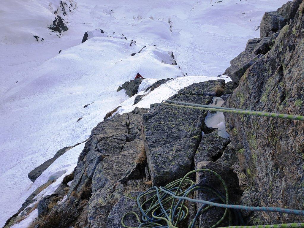 A metà salita (sui tiri della Nessi) dopo il tiro lungo su neve.
