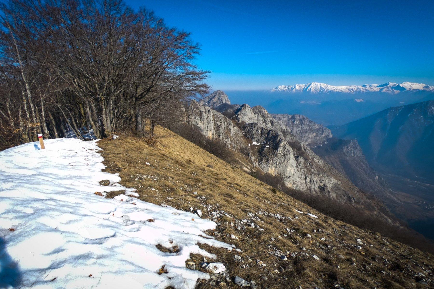 Il sentiero per cresta che porta alla cima della Pissousa
