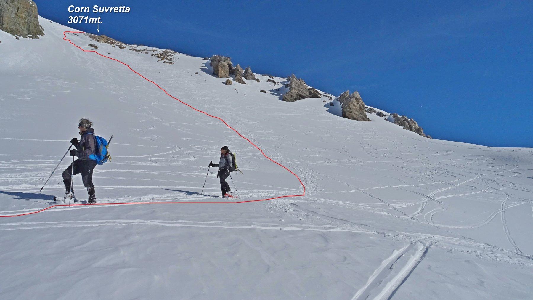 Sui pendii sotto la vetta, in rosso la traccia di discesa.