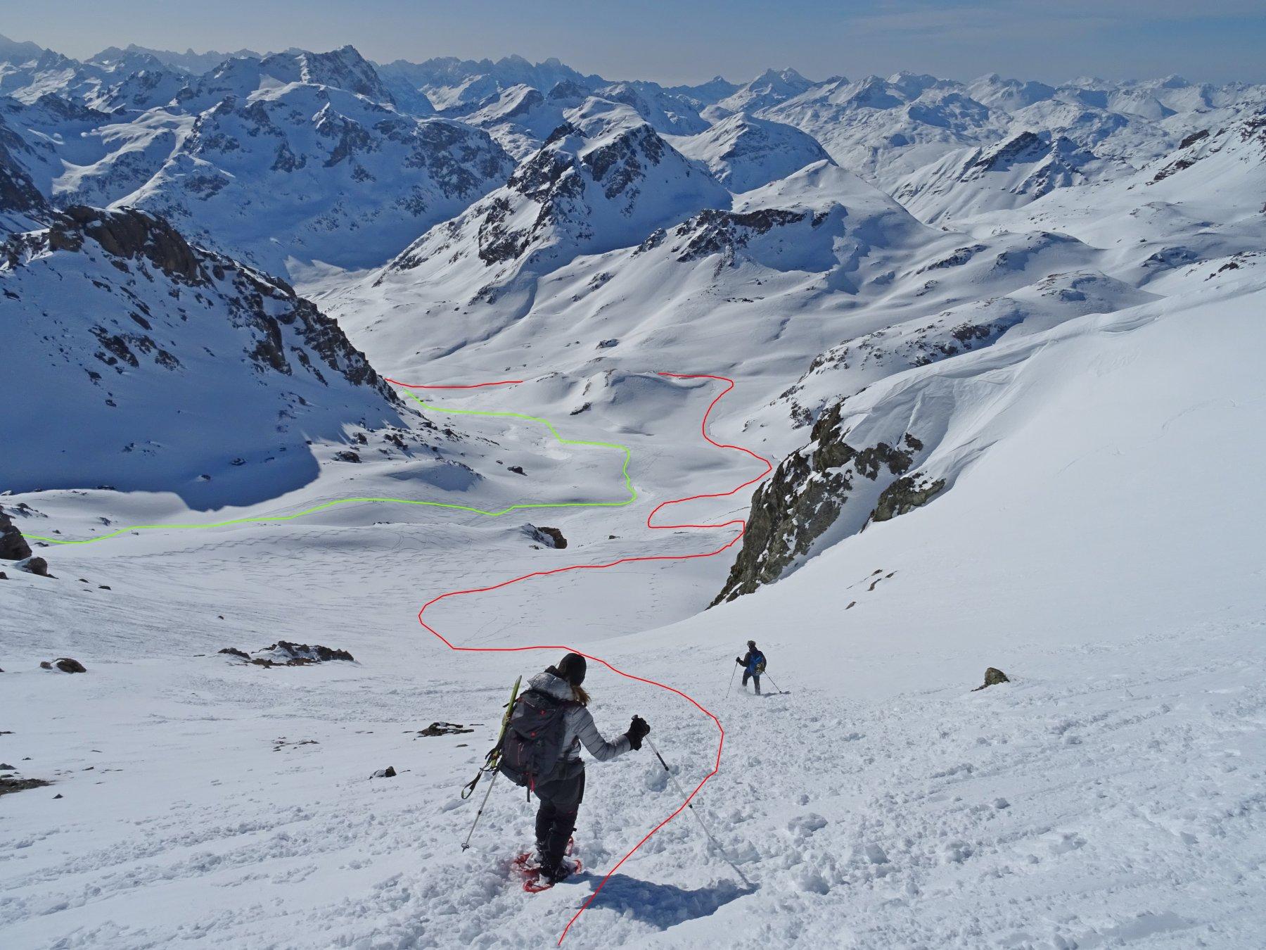 In rosso un tratto della traccia di salita in verde la discesa sul ripido versante sud pendenza max. 35°