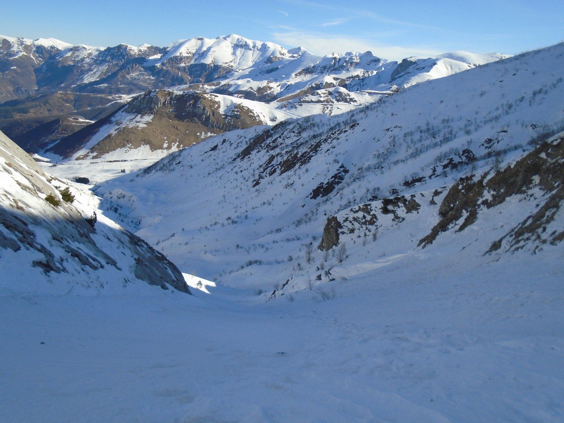 Tutto il vallone:la pista e' al fondo al sole,a dx la cresta che scende dal Forte Pernante