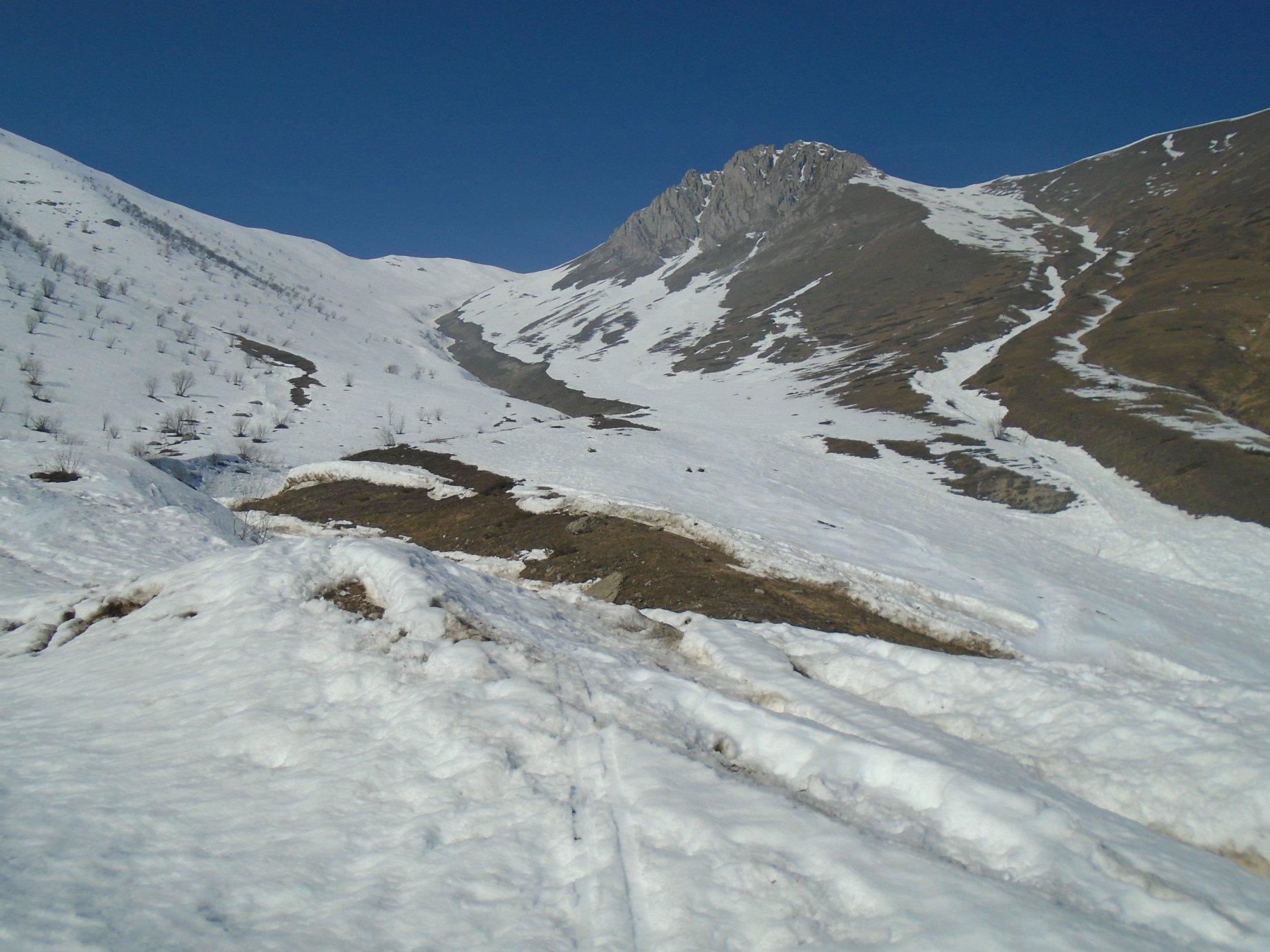 Condizioni ancora ottime verso il Pianard; la gorgia verso Bric dell' Omo/ Rocca d' Orel e' ancora continua