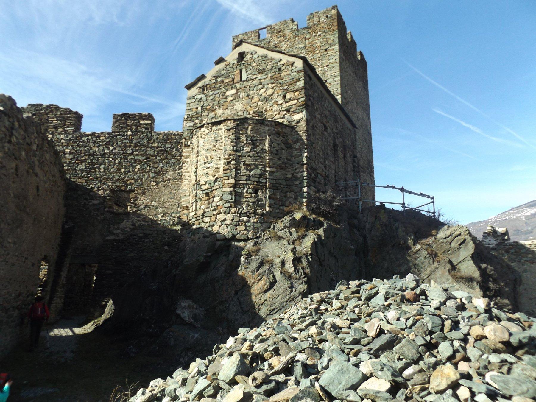 Interno del castello con chiesetta