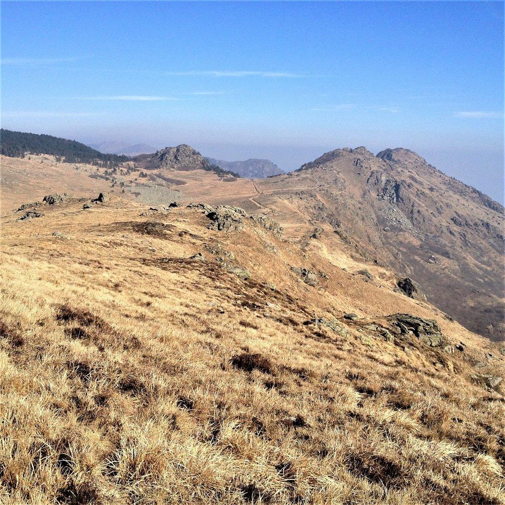La via percorsa dal Monte Rama in fondo a dx