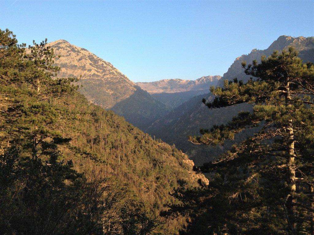 IL monte Rama a sx e la Rocca Turchina a dx al centro il vallone del rio Lerca