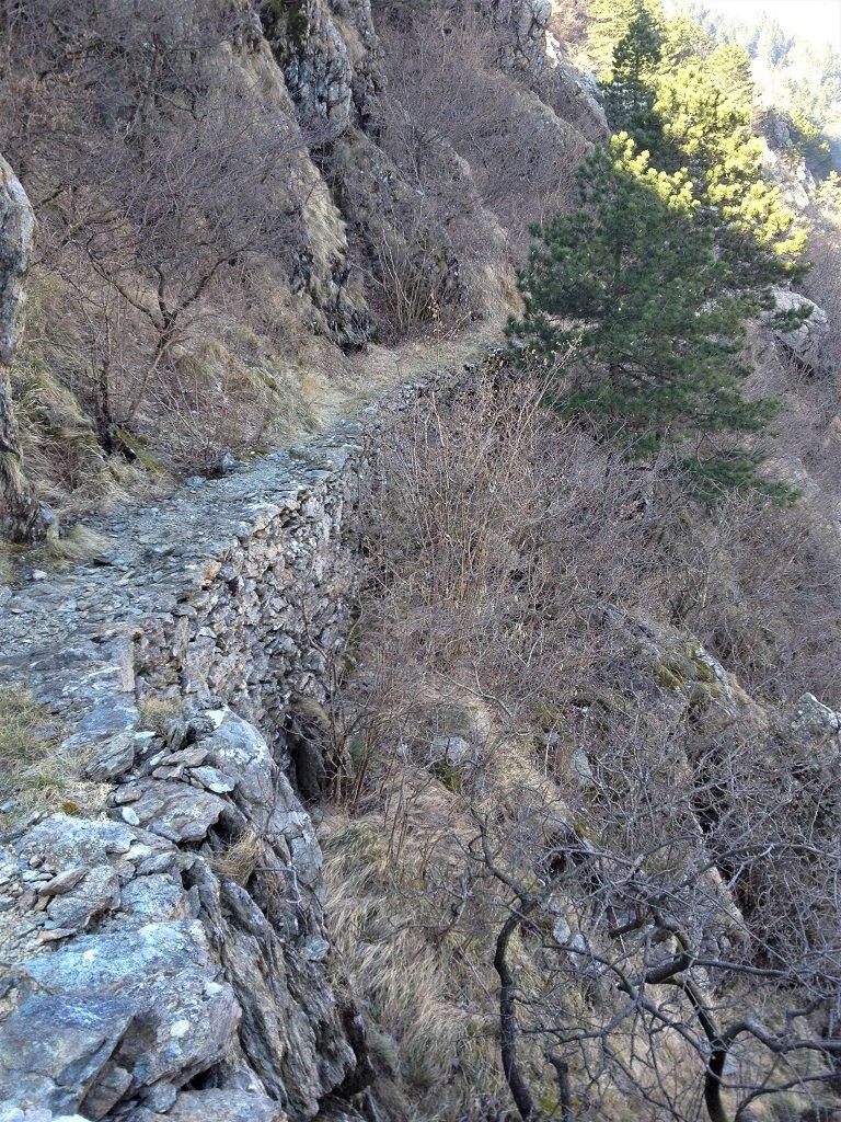 L'aereo sentiero che transita sul versante nord del monte Rama