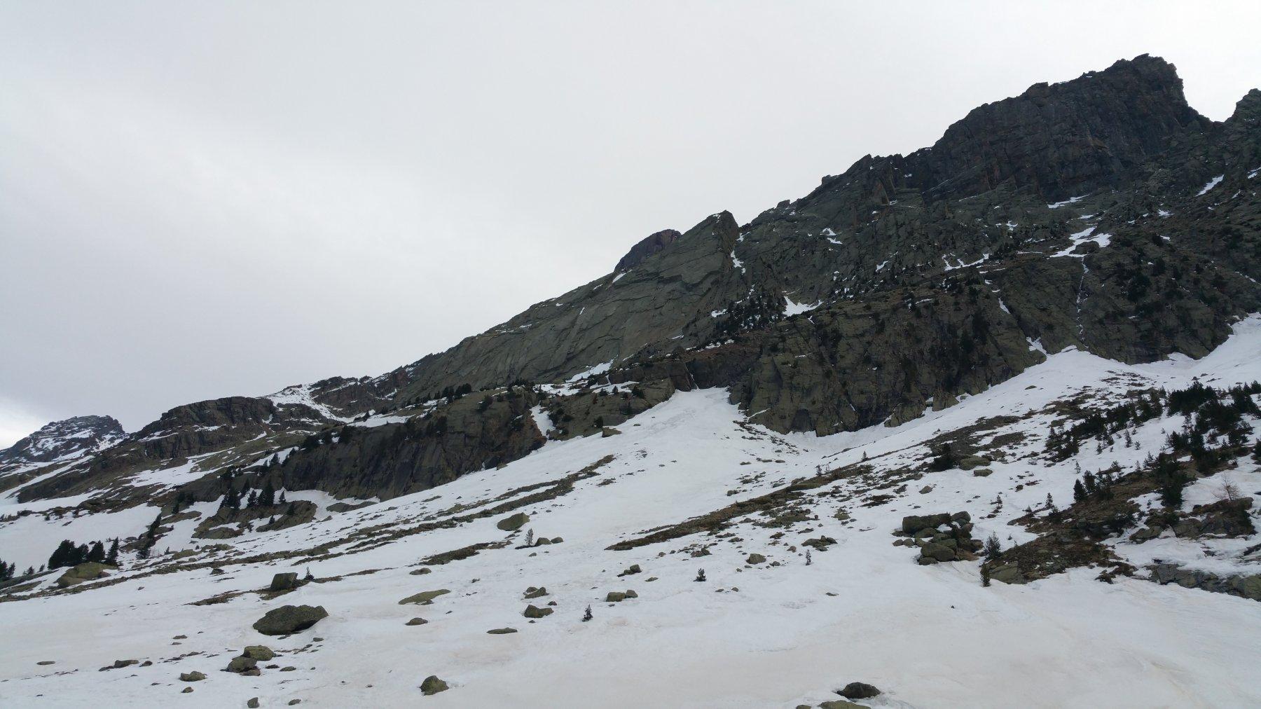 La parte alta del canale vista dal sentiero. Si nota bene il tratto in roccia.