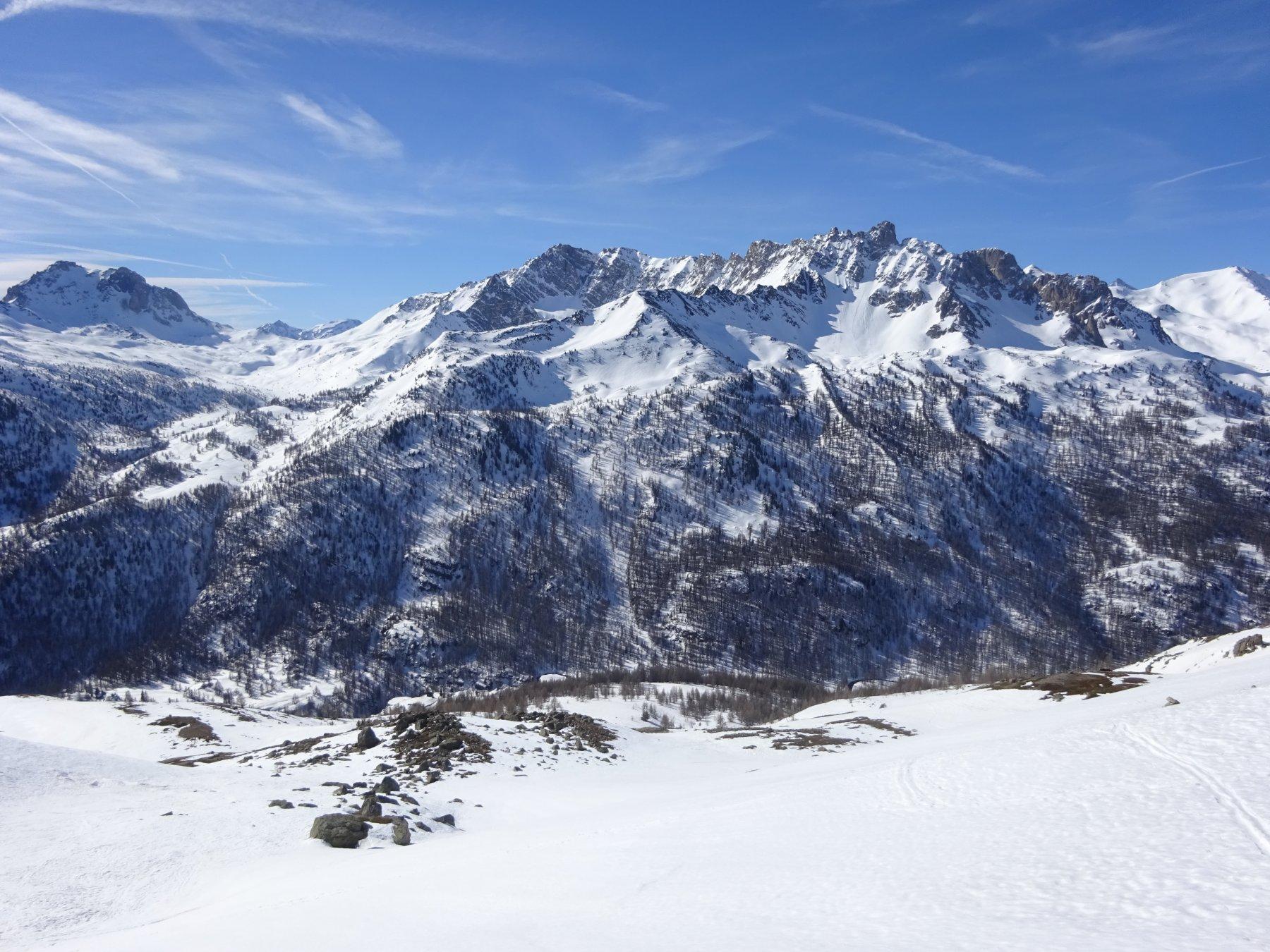 Uno sguardo verso il fondovalle risalito prima di raggiungere il colle quota 2.704