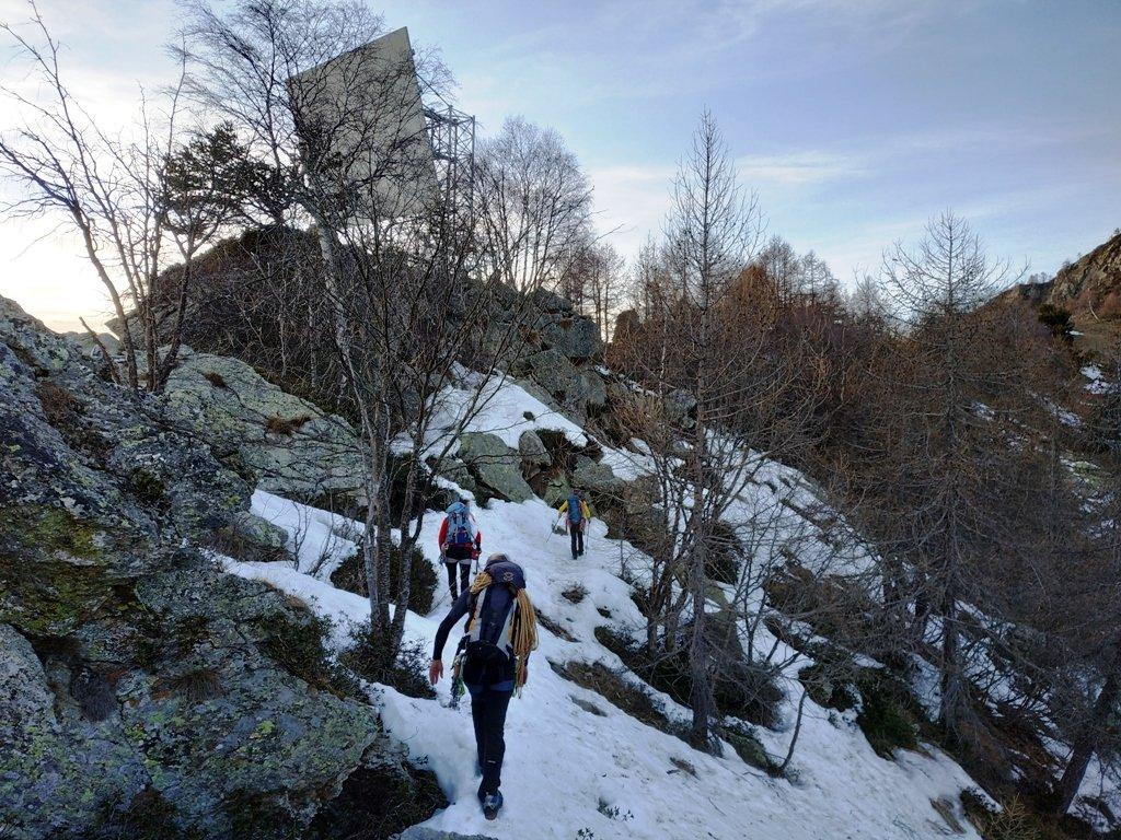 Verso il ripetitore passivo e poi al Mont de Beuby. Dopo la botta di caldo in parete, qui troviamo la neve !!!
