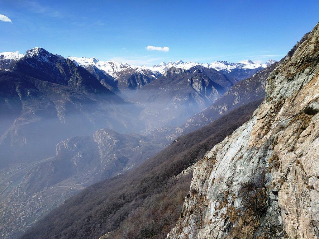 Panorama. Al centro l'imbocco della valle di Champorcher e le placche di Oriana.