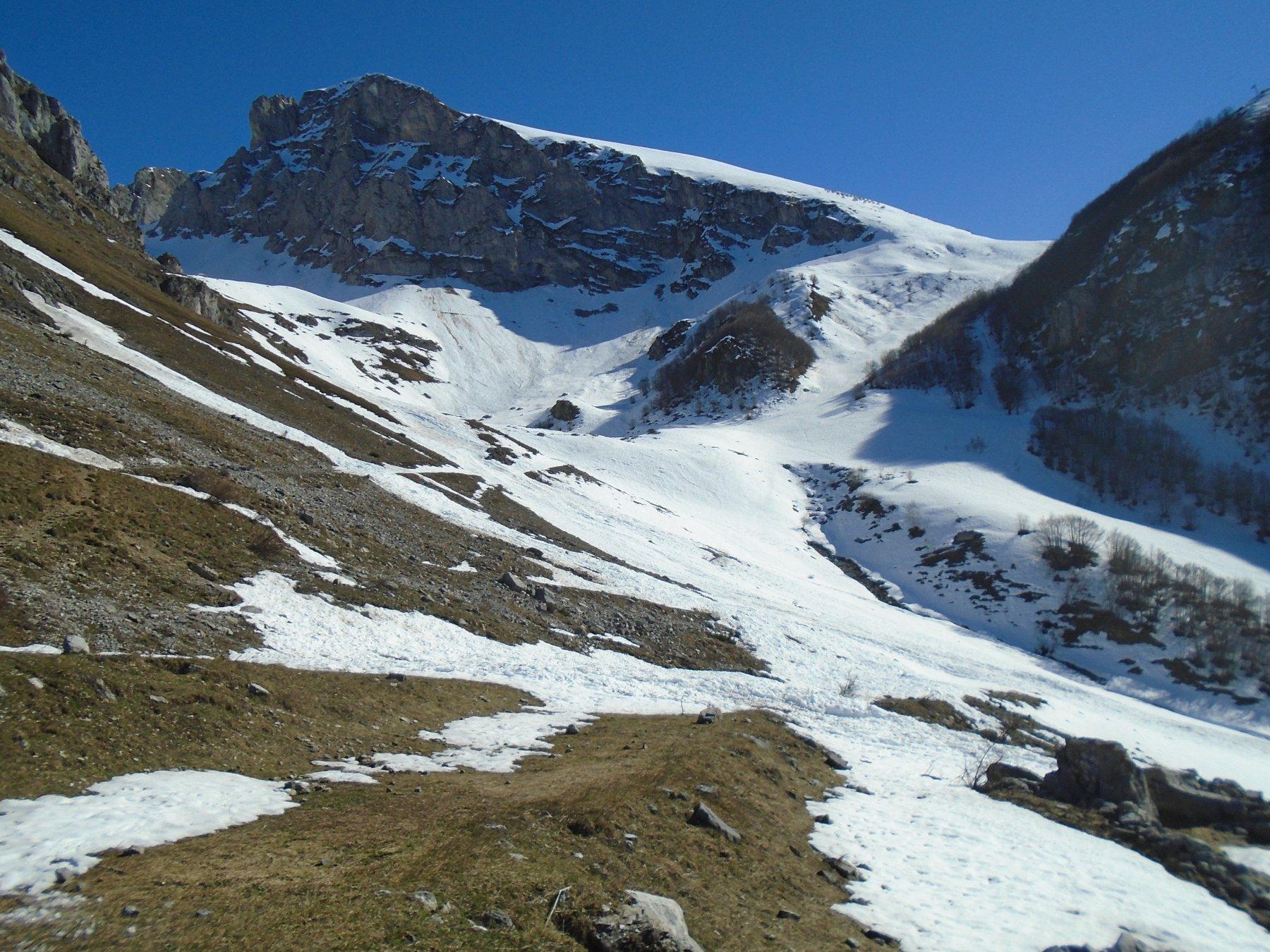 La breve mancanza di neve sul traverso per la parte superiore