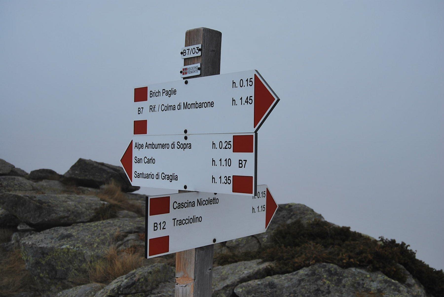 Bivio per Alpe Nicoletto (non segnato sulla carta) sul colletto appena prima della vetta