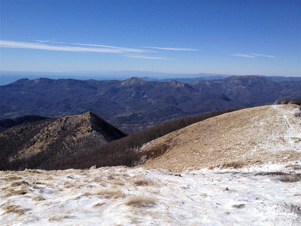 Uno sguardo a ovest dal monte Gottero
