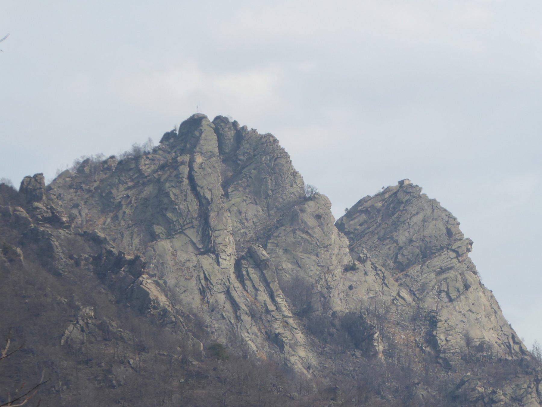 a sinistra il dente (1361 m) salito, a destra quello con la cappella (1343 m)