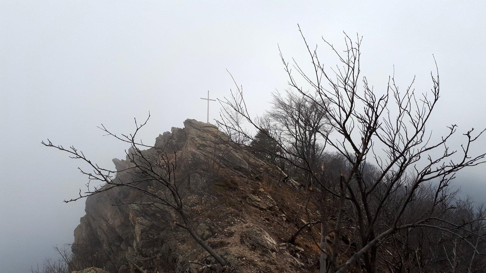 La Croce del Brunello vista dalla vera cima di poco più alta