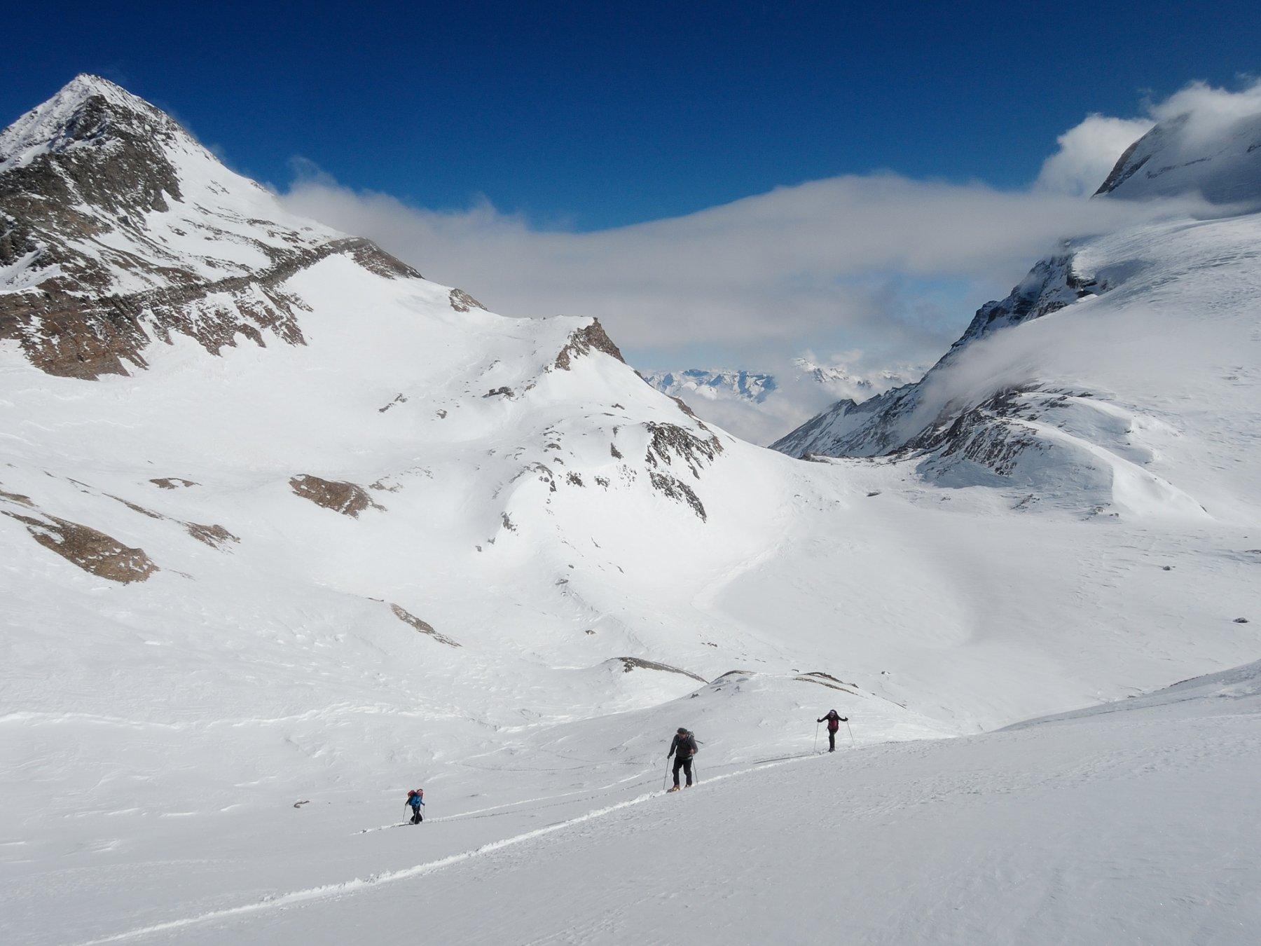 Ultimi metri da salire visti dalla cima, con Terrarossa e Bocchetta d'Aurona sullo sfondo