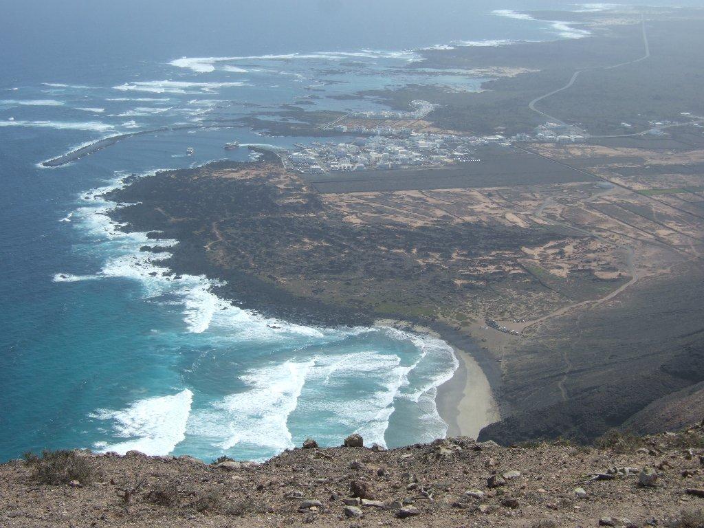 dai pressi di Punta Fariones verso Orzola e la spiaggia della Canteria