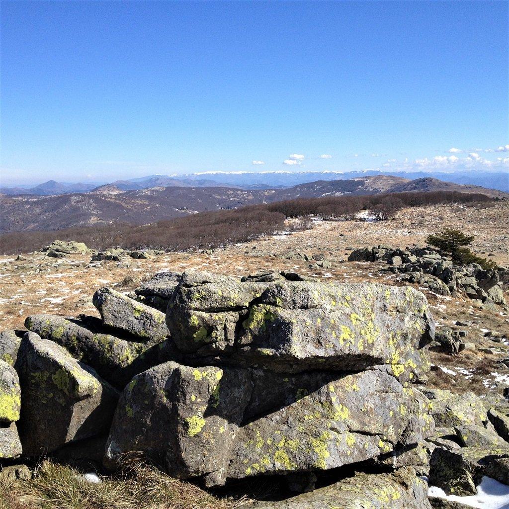 Da sx con la neve dal Giarolo al monte Antola visti dal Bric Damè