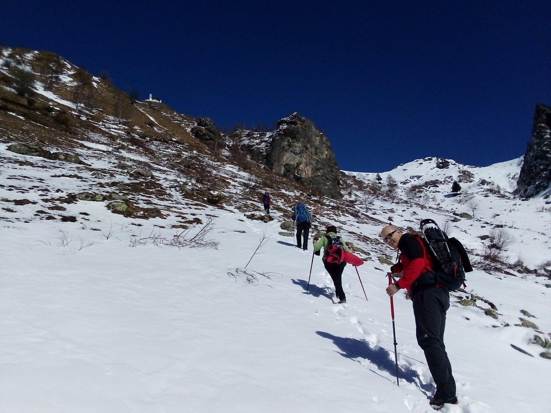Poco sopra l'alpe Paglia. L'ultimo tratto di sentiero e scalini inizia subito dopo aver aggirato a dx il roccione in centro.