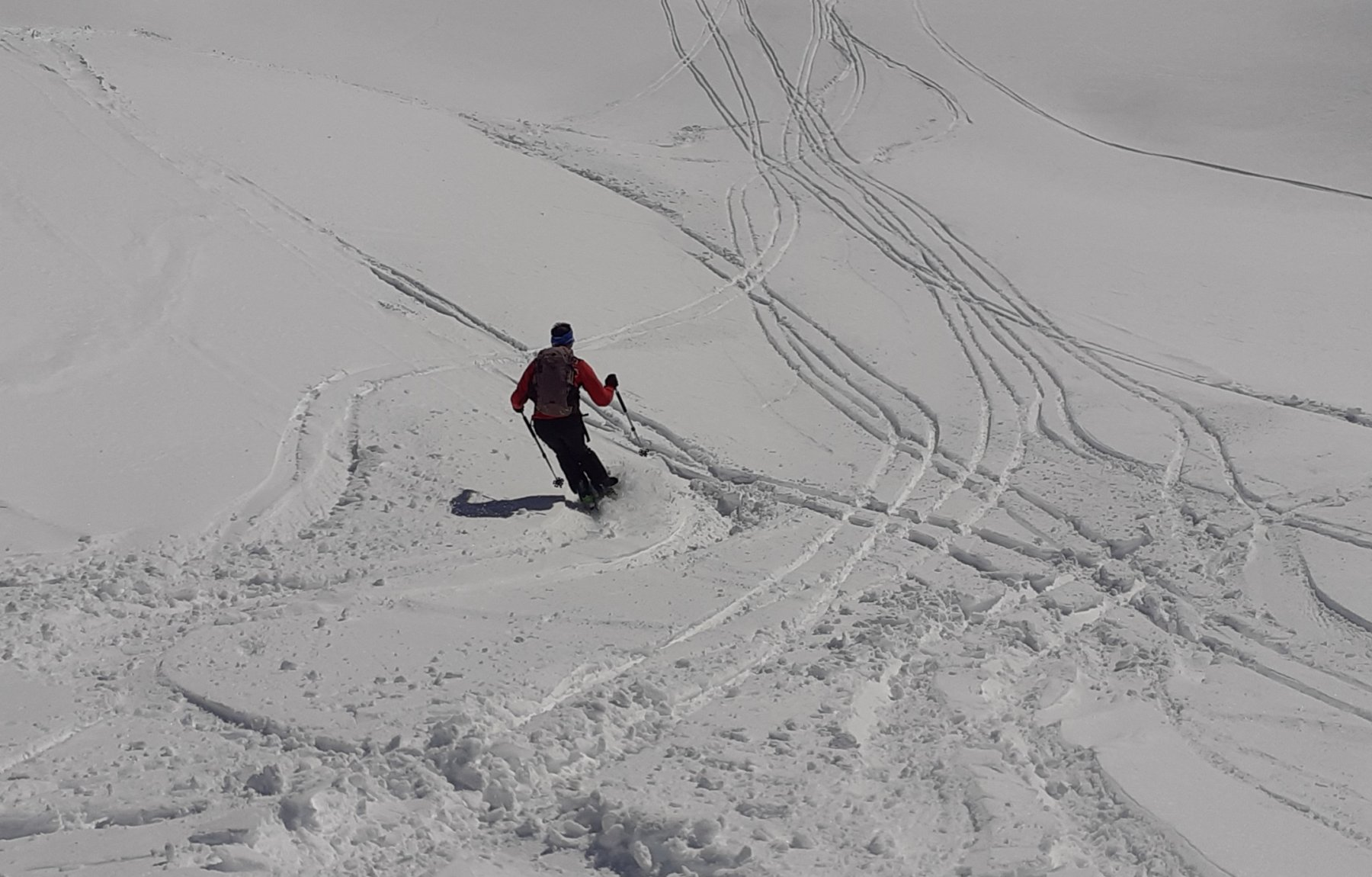 Discesa verso il colle su neve farinosa molto bella