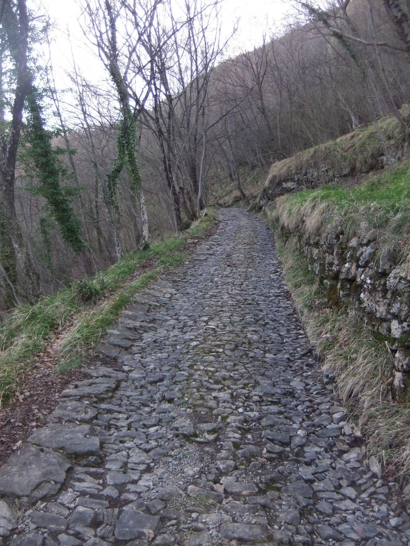Strada acciottolata verso la Gola di Sisa