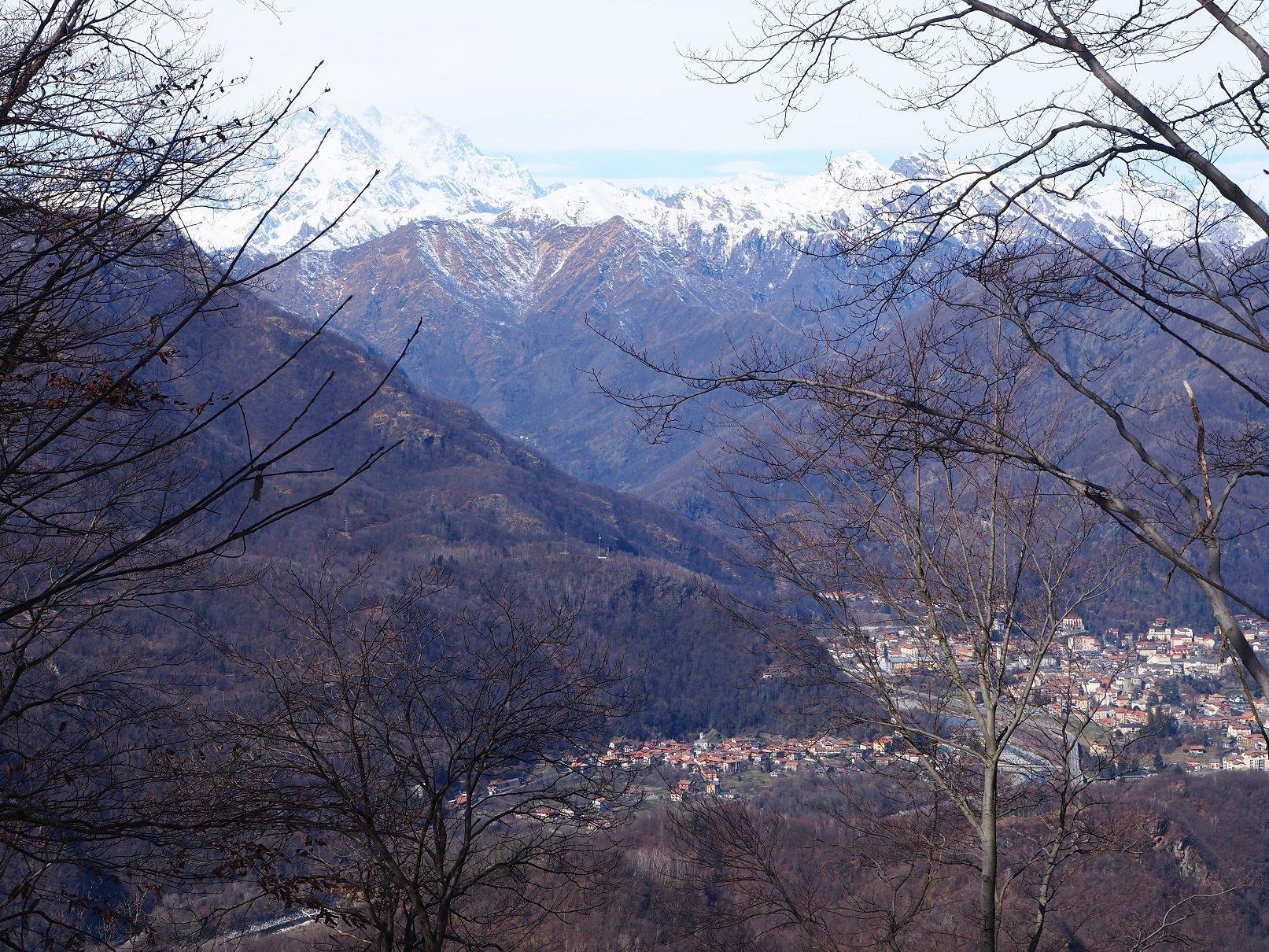 In basso a destra Varallo e sullo sfondo il Monte Rosa.