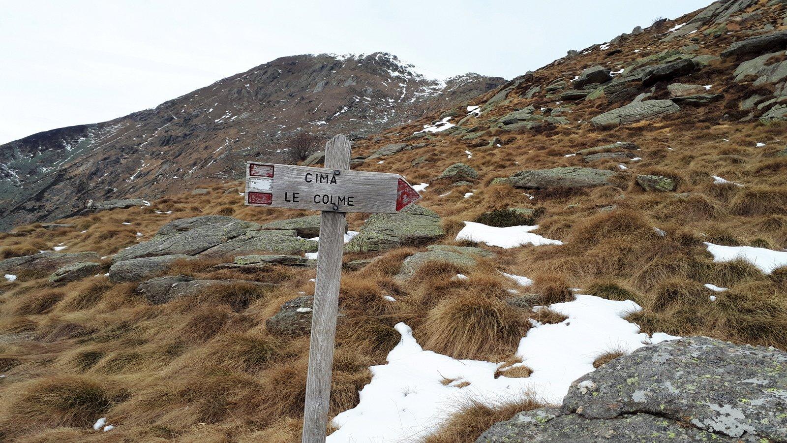 Il bivio per Le Colme sul sentiero 724B, in fondo il Gregorio