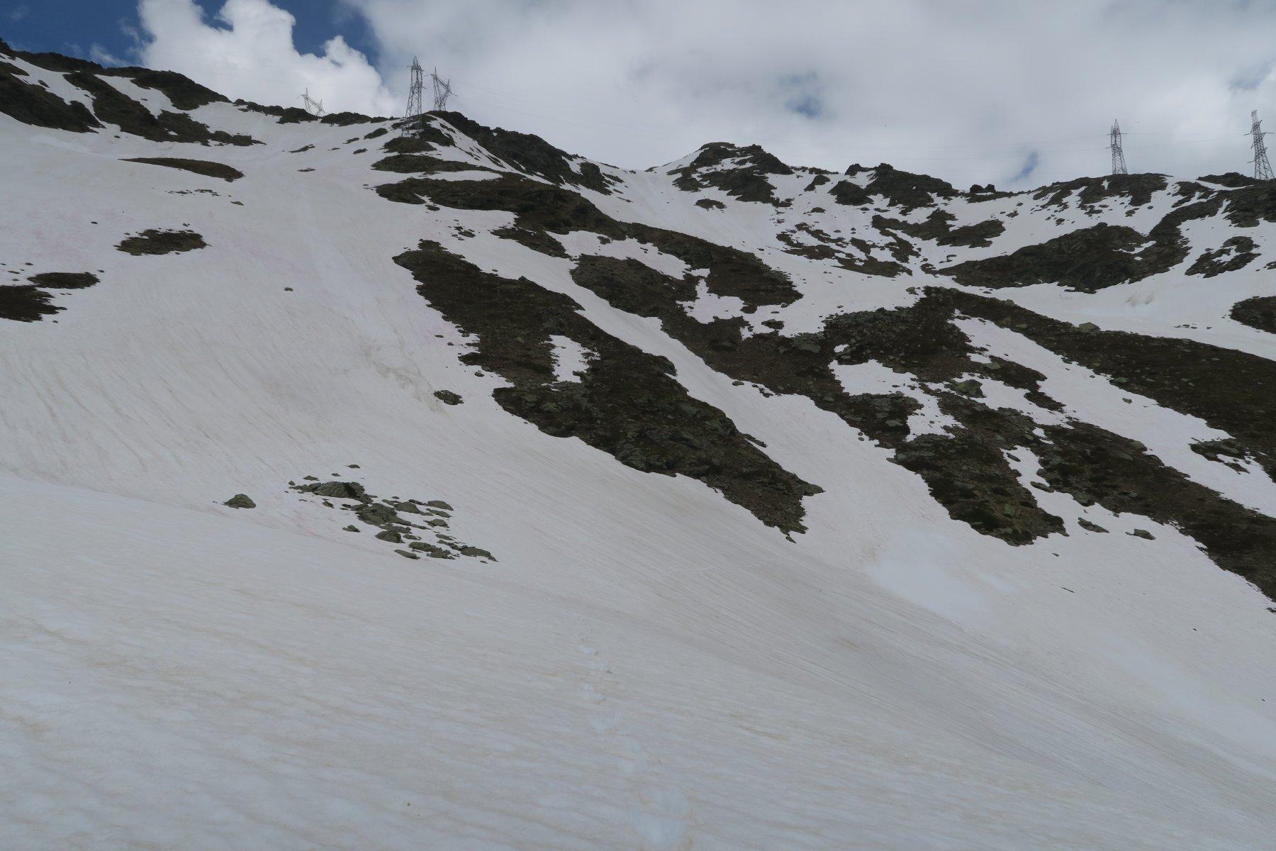 sono sceso lungo il pendio già privo di neve sotto i tralicci di sinistra