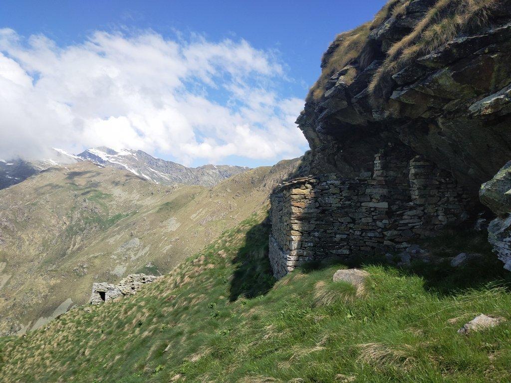 Balma nera ed altri ruderi, poco sotto il Col Naverano.