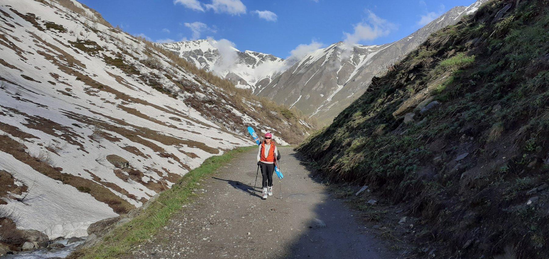 Gli sci si portano per 45 minuti e 250 metri di dislivello