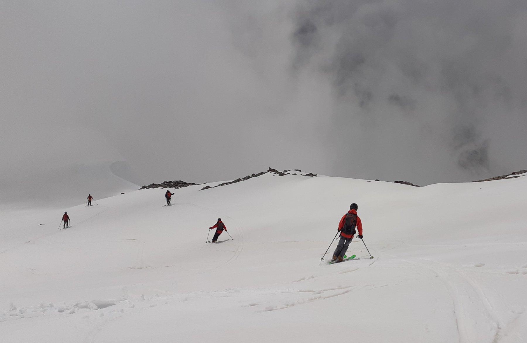 Nebbia e neve pesante scendendo dalla vetta