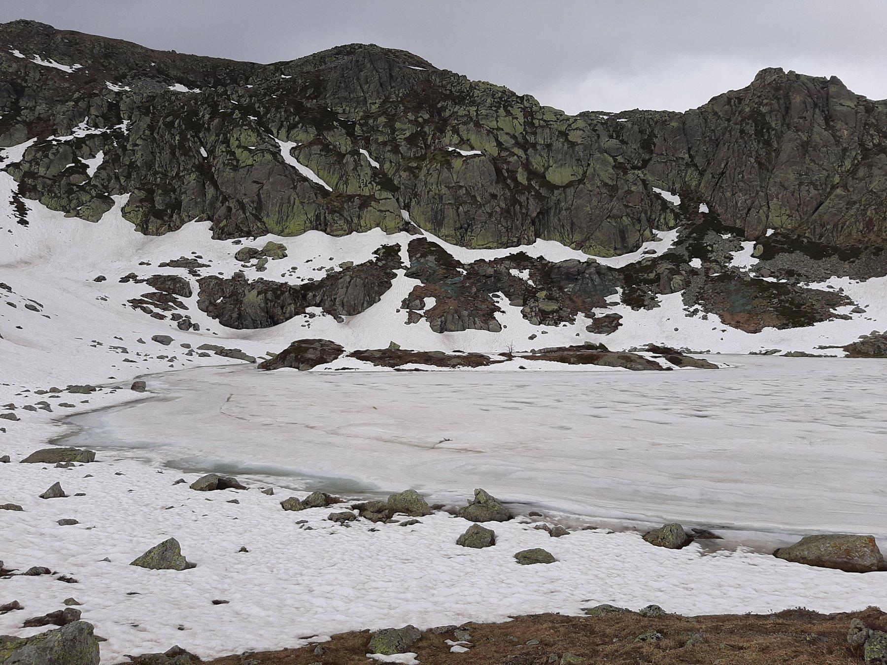 Lago di Viana ancora gelato