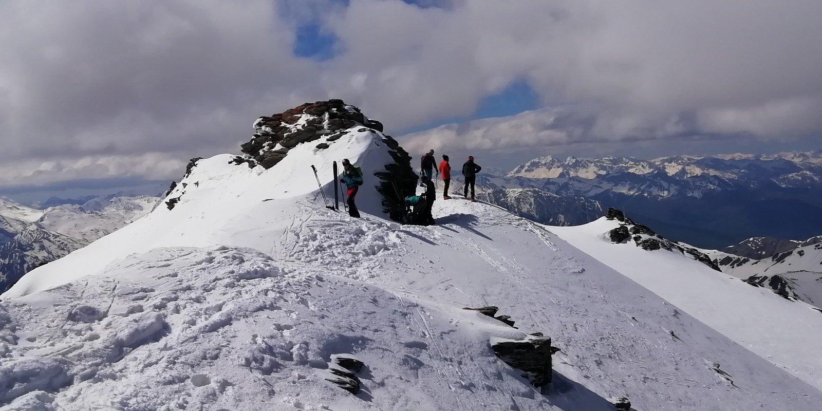 Deposito sci nei pressi della croce di vetta