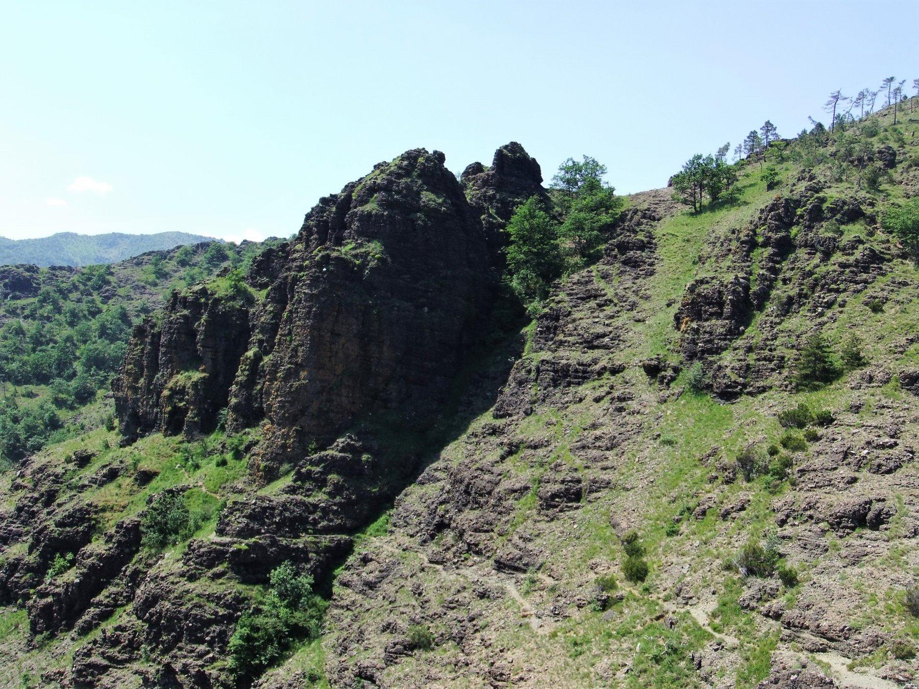 Il sentiero passa sotto alle Rocche dei Corvi e alla Rocca Giana