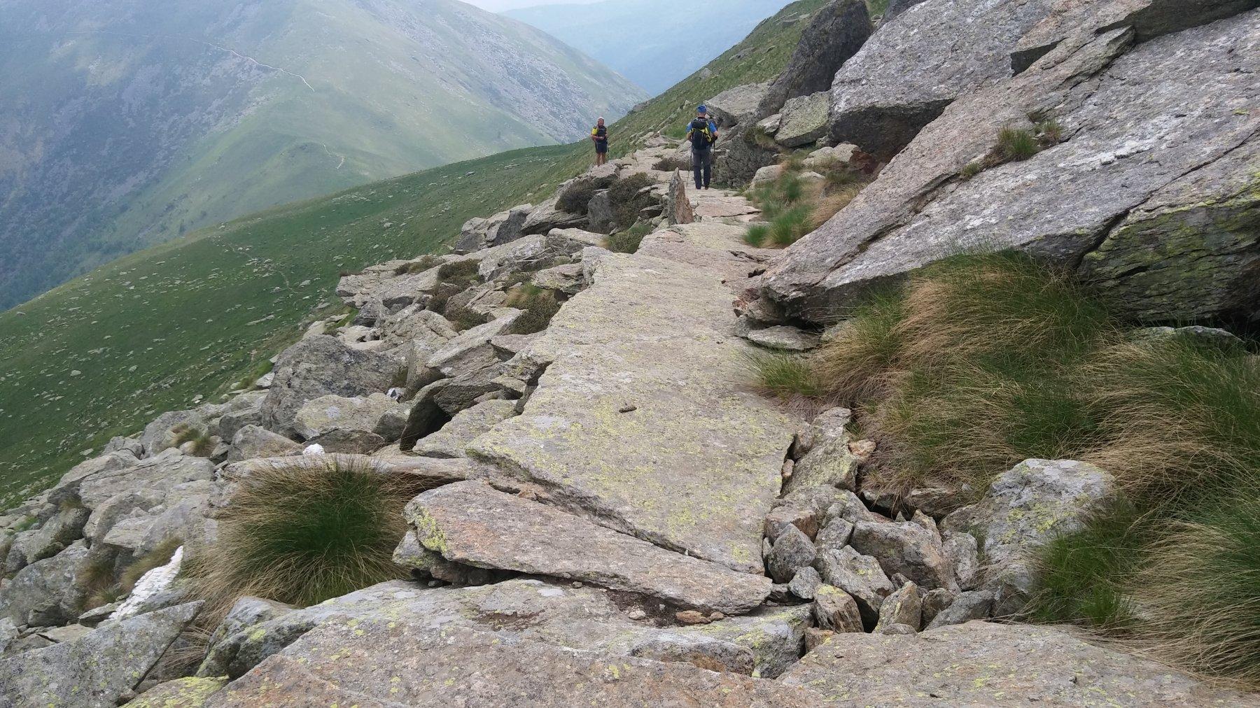 tratto di sentiero lastronato a valle dell'alpe laser