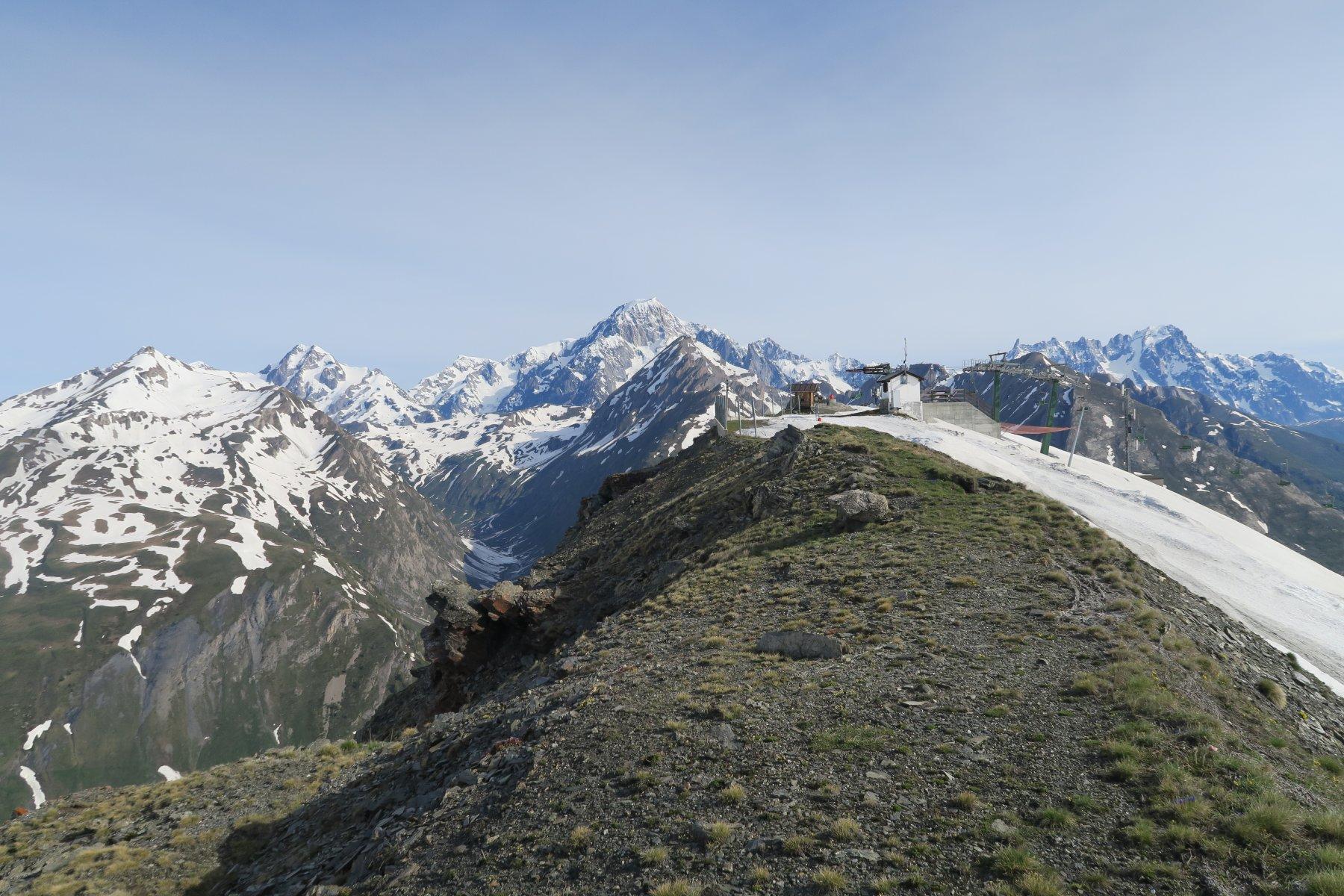 la cima con la catena del Monte Bianco alle spalle