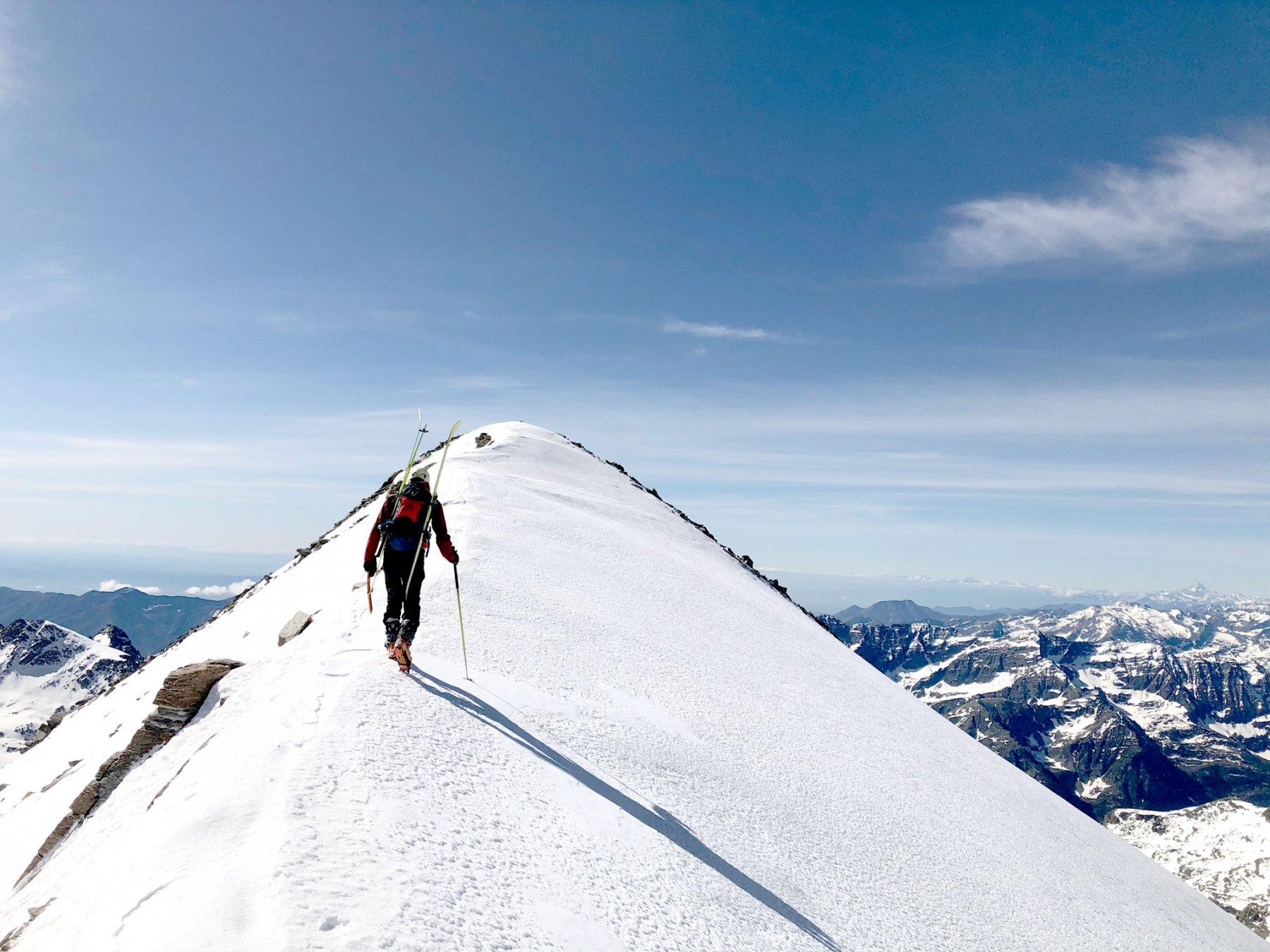 Il breve tratto di cresta verso la cima della Becca