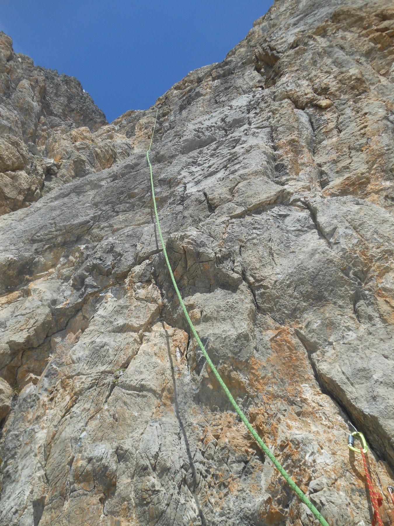 rocce nerastre a sinistra del muro di roccia rossastra con striature nere