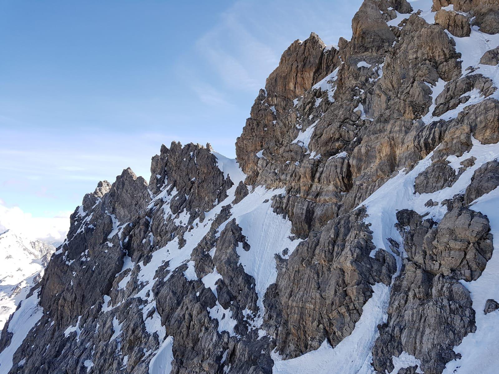 discesa per cenge e nevai dal colletto precedente il Mourjean, fotografato dal punto in cui si interseca la via normale al Brec di Chambeyron