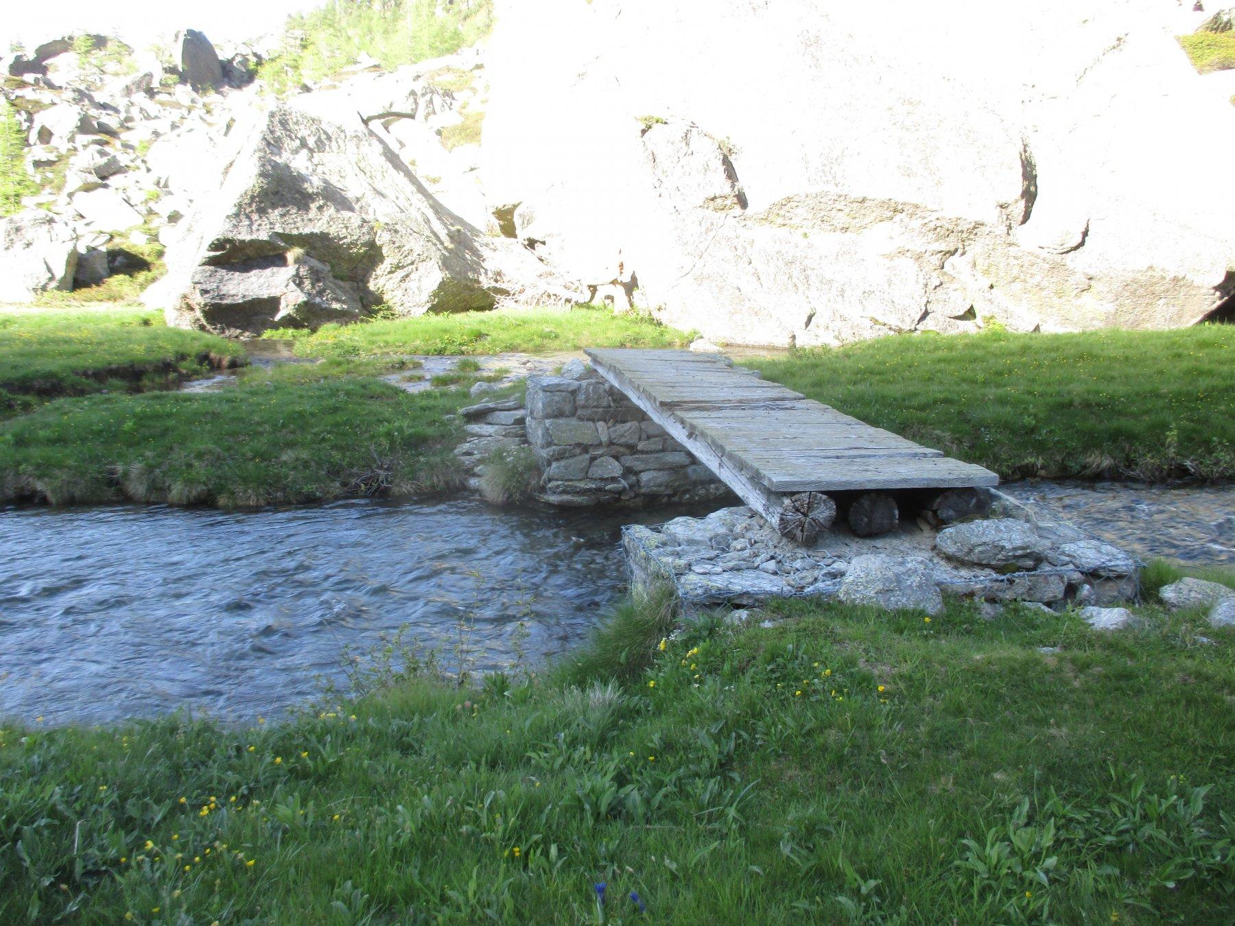 il ponticello utilizzato per attraversare il torrente
